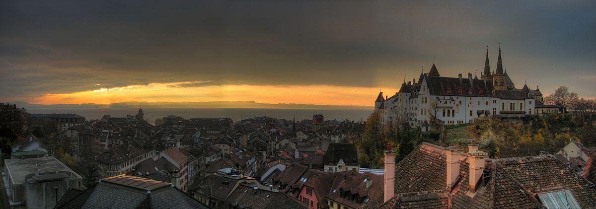 1200px-panorama_neuchatel_et_le_chateau_au_lever_du_soleil.jpg
